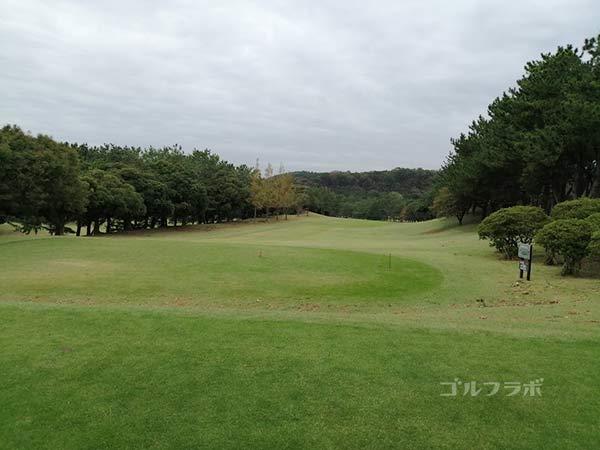 鎌倉パブリックゴルフ場の11番ホールのティーショット