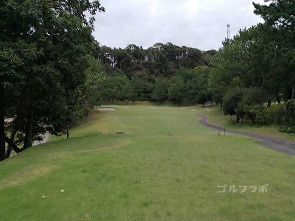 鎌倉パブリックゴルフ場の12番ホールのティーショット