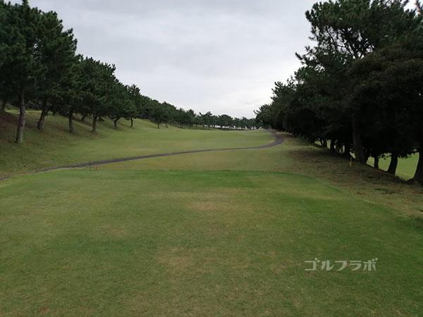 鎌倉パブリックゴルフ場の13番ホールのティーショット