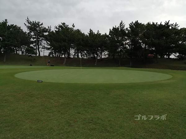 鎌倉パブリックゴルフ場の13番ホールのグリーン