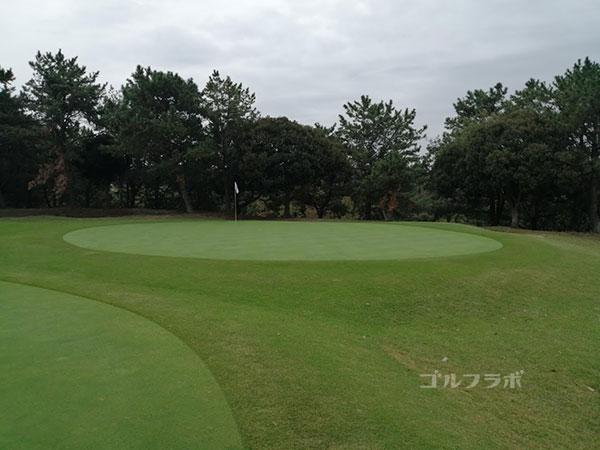 鎌倉パブリックゴルフ場の15番ホールのグリーン