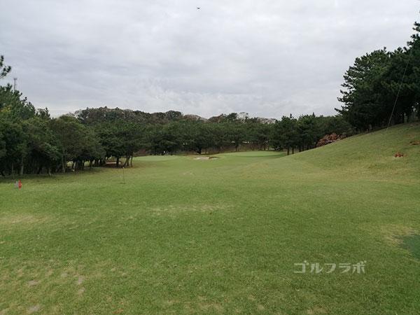 鎌倉パブリックゴルフ場の16番ホールのティーショット