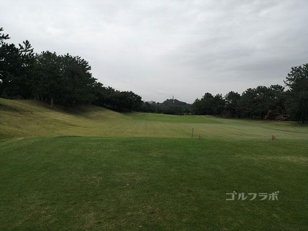 鎌倉パブリックゴルフ場の17番ホールのティーショット