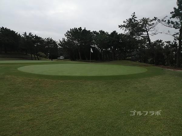 鎌倉パブリックゴルフ場の17番ホールのグリーン
