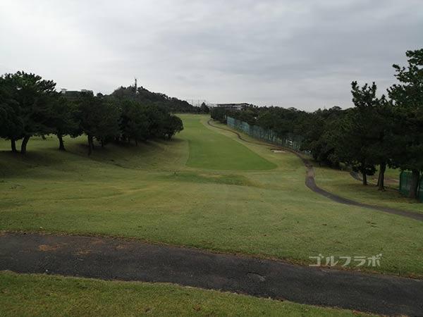 鎌倉パブリックゴルフ場の18番ホールのティーショット