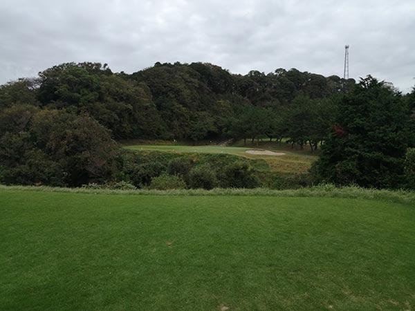 鎌倉パブリックゴルフ場の4番ホールのティーショット