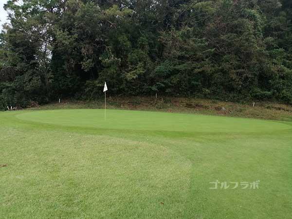 鎌倉パブリックゴルフ場の4番ホールのグリーン