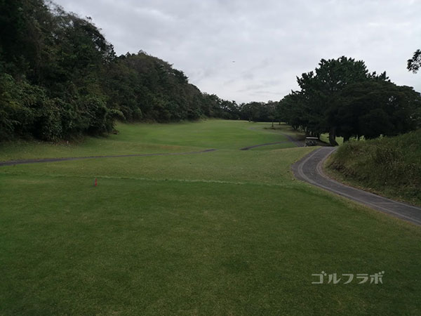 鎌倉パブリックゴルフ場の5番ホールのティーショット