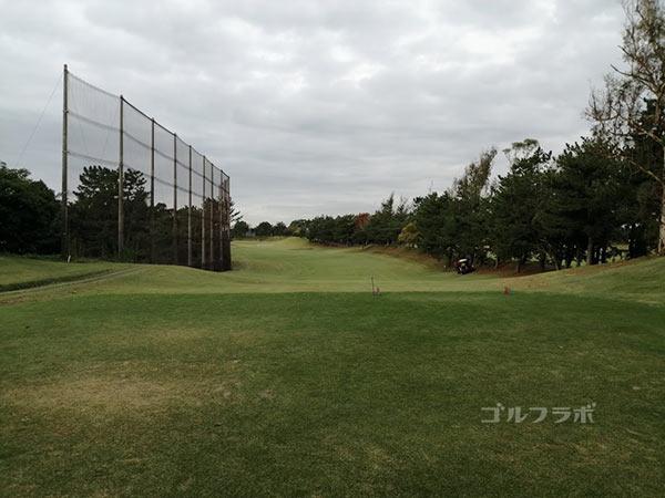 鎌倉パブリックゴルフ場の7番ホールのティーショット