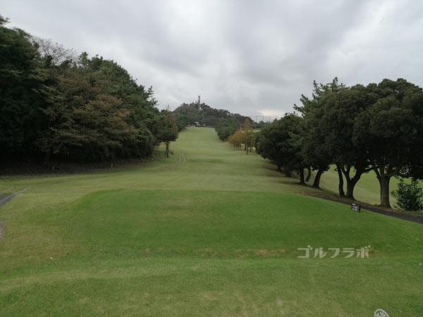 鎌倉パブリックゴルフ場の9番ホールのティーショット