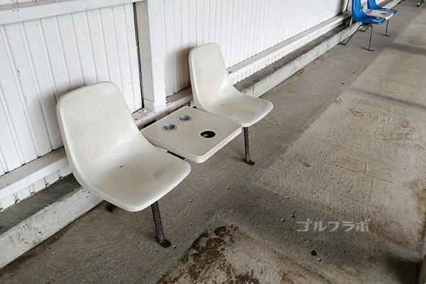 大穂ゴルフ練習場の打席の椅子