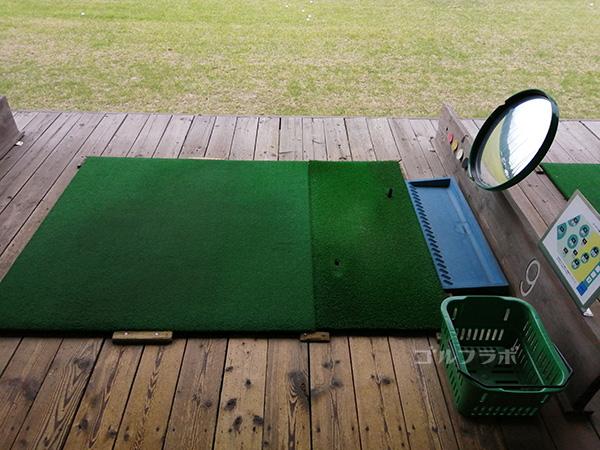 桜ゴルフセンターの打席の鏡