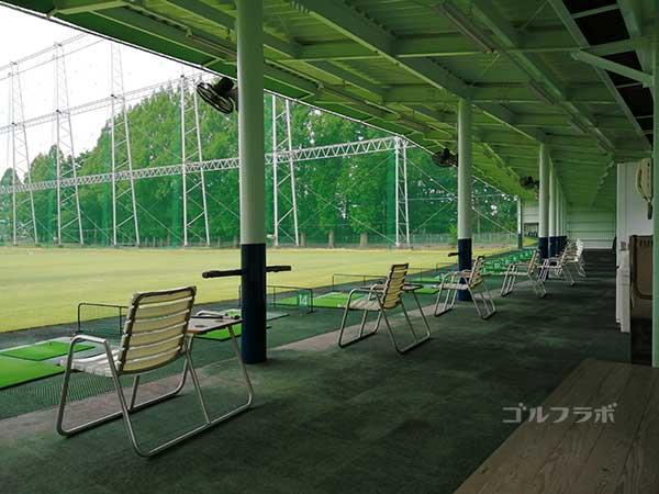 柳橋ゴルフ練習場の打席の椅子