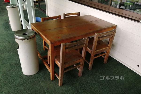 柳橋ゴルフ練習場の灰皿と机