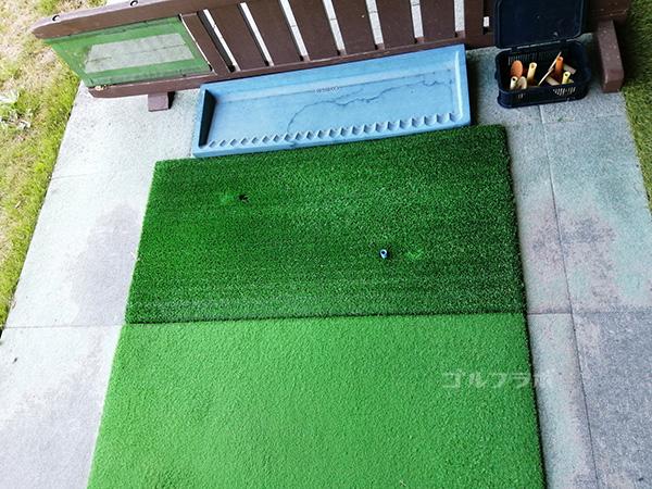 美浦ゴルフ練習場の打席のマット