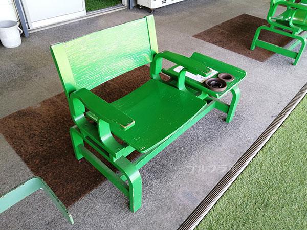 美浦ゴルフ練習場の椅子