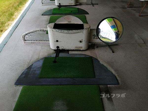 土浦学園ゴルフセンターの鏡付きの打席