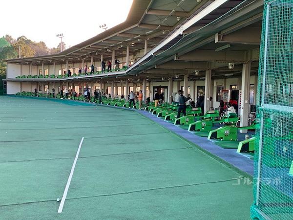 京王若葉台ゴルフ練習場の打席全景