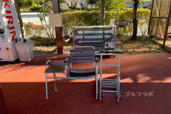 桜ケ丘ゴルフ練習場椅子とストー