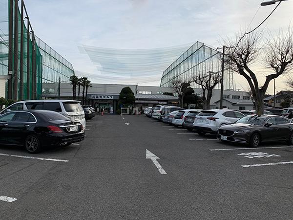 武蔵野ゴルフの外観と駐車場