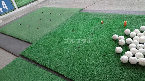 明治ゴルフセンターの打席マット
