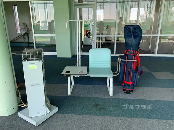 ワールドゴルフ練習場の椅子テーブル