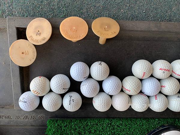 山王ゴルフセンターのティとボール