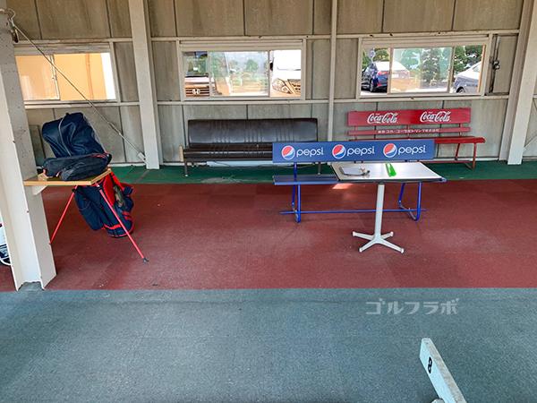 山王ゴルフセンターのテーブルとイス