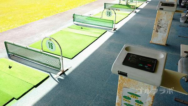 ジョイバードゴルフ練習場のオートティーアップの打席