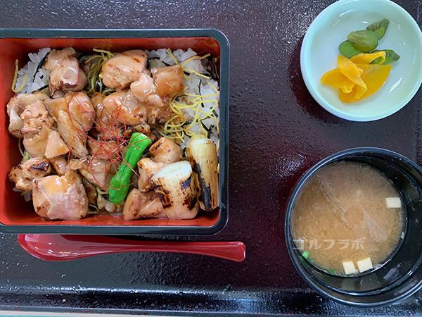 富士見高原ゴルフコースの焼き鳥丼