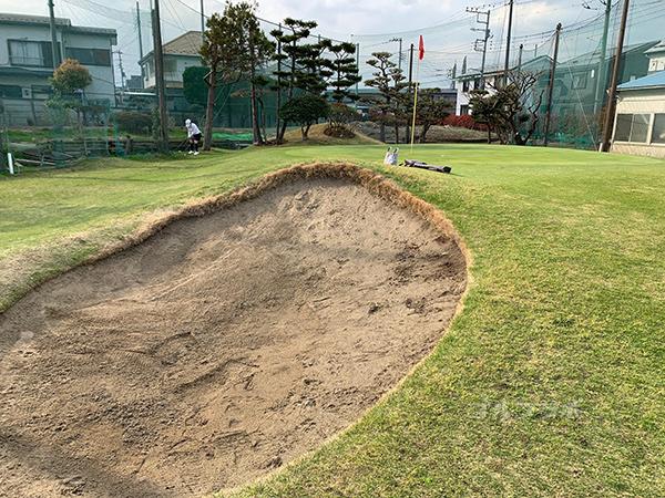 湘南グリーンゴルフの2番ホールのバンカー