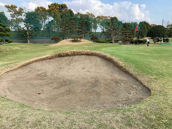 湘南グリーンゴルフの3番ホールのバンカー