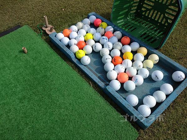 成田フェアフィールドゴルフクラブの練習場のボール